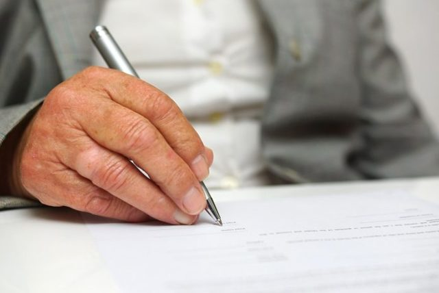 Договор дарения акций (образец): особенности дарения, порядок оформления договора