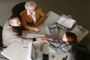 Дарственная на квартиру на сына (дочь): как оформить, документы, стоимость